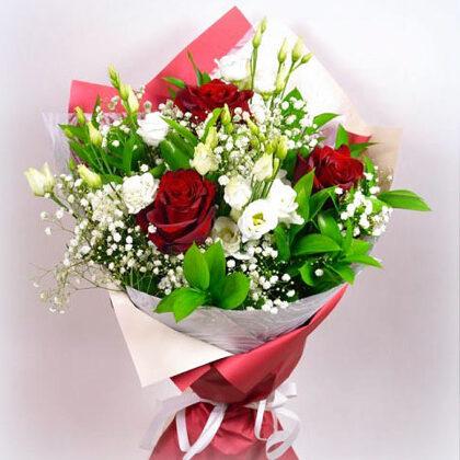 Ziedu pušķis papīra iepakojumā. H40 cm. Lizantes 3, rozes 3, plīvurpuķes, zaļumi. 25,-e