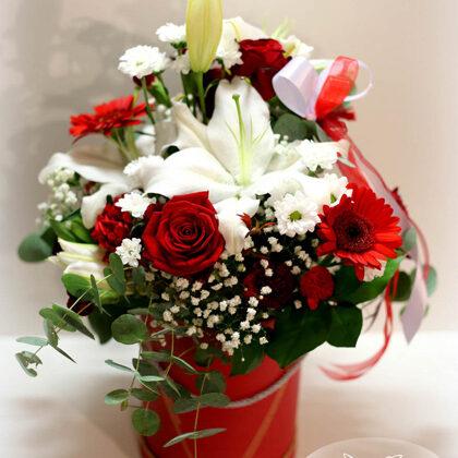 Kompozīcija cepurkastē. H35 cm. Dažādi ziedi. 35,-e
