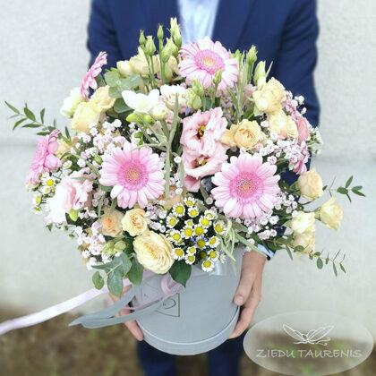 Kompozīcija cepurkastē. H50 cm. Dažādi ziedi. 50,-e