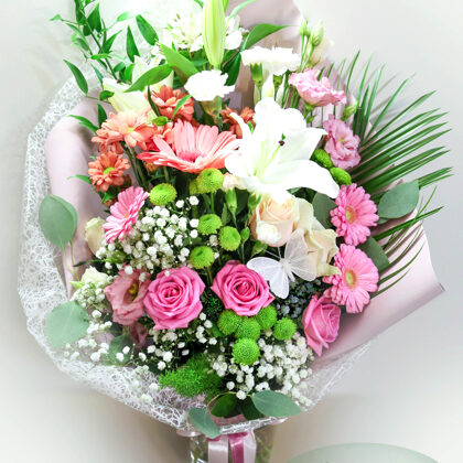 Ziedu pušķis papīra iepakojumā. H65 cm. Dažādi ziedi. 50,-e