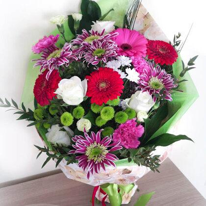 Ziedu pušķis papīra iepakojumā. H45 cm. Dažādi ziedi. 35,-e