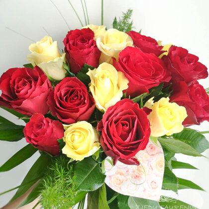 40 cm garu rožu pušķis ar zaļumiem. Rozes cena 1,50 e, zaļimi 4,-e