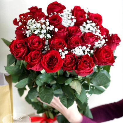 50 cm garu rožu pušķis ar plūvurpuķēm. Rozes cena 1,90 e, plīvurpuķes 7,-e
