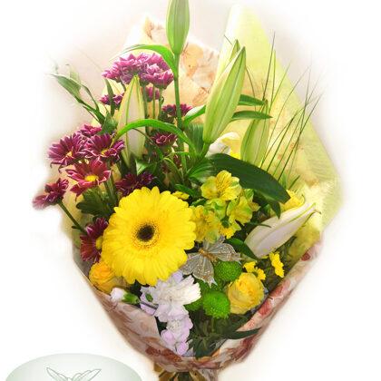 Ziedu pušķis papīra iepakojumā. H40 cm. Dažādi ziedi. 30,-e